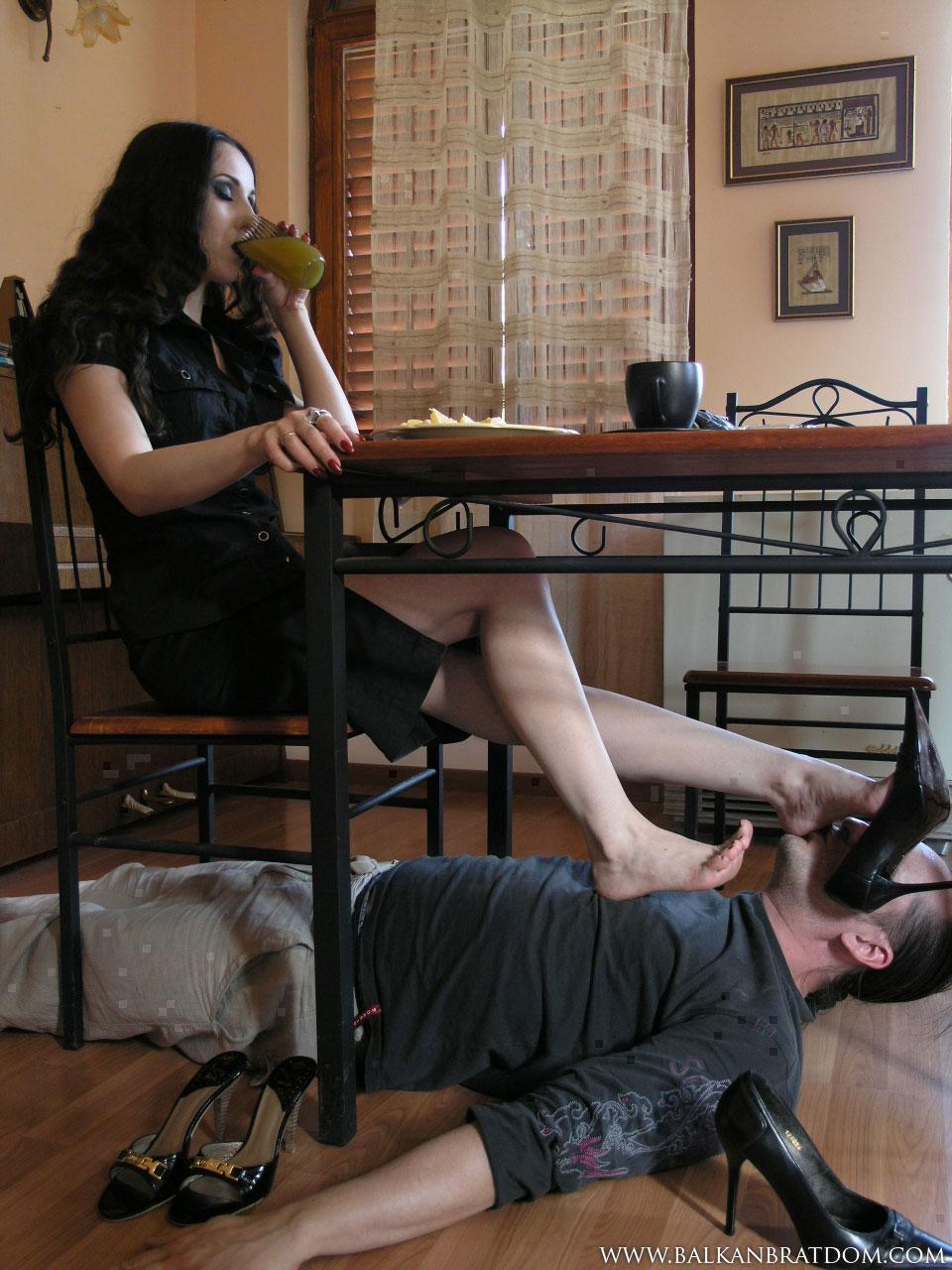 смазываю раб под столом госпожи онлайн тихом месте