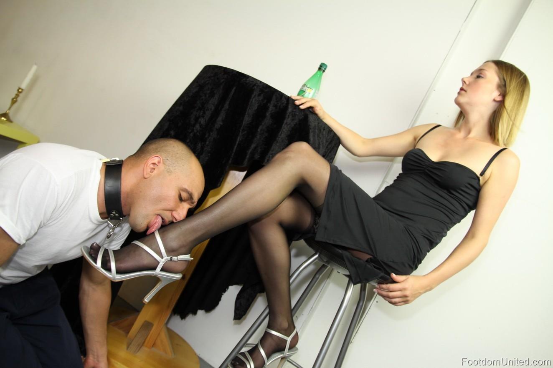 Раб целует ноги госпажи фото 7 фотография