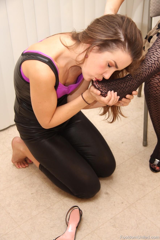 Рабыня целует ноги онлайн 7 фотография