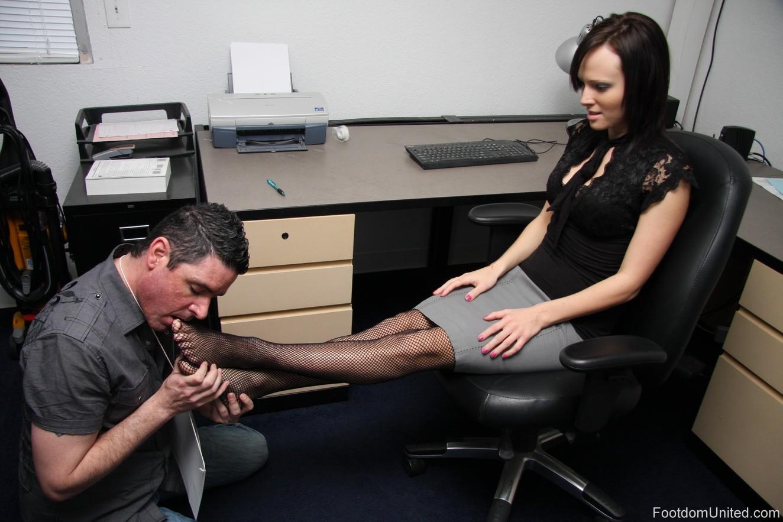 Раб целй ножки хозяйки сделай массаж 22 фотография