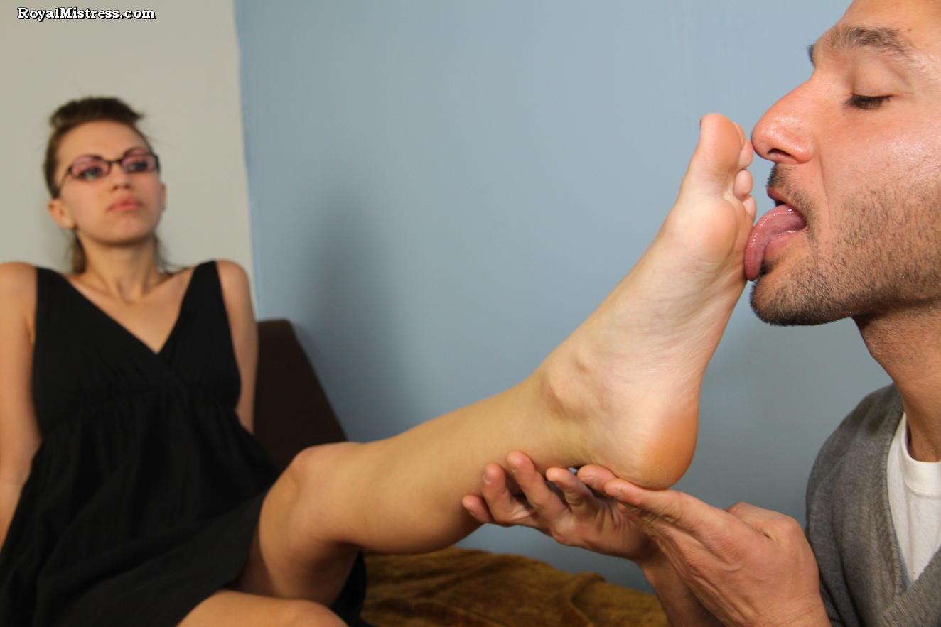 нюхать чулки и фото лизать на ступне